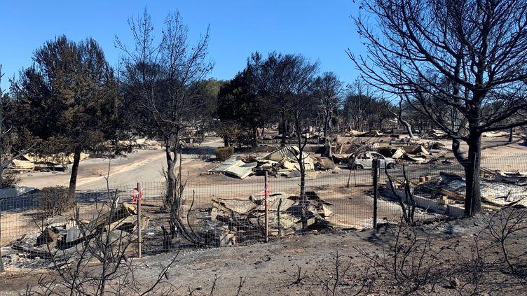 Le camping des Tamaris à Martigues a été entièrement dévoré par les flammes. (MATHILDE VINCENEUX / FRANCEINFO / RADIOFRANCE)