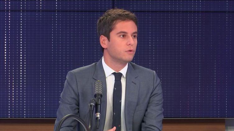 """Gabriel Attal, porte-parole du gouvernement, était l'invité du """"8h30 franceinfo"""", jeudi 15 octobre 2020. (FRANCEINFO / RADIOFRANCE)"""
