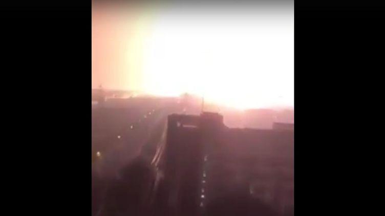 Une explosion spectaculaire est survenue en Chine, à Tianjin, mercredi 12 août 2015. (  FRANCETV INFO / YOUTUBE)