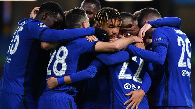 Les Blues autour du buteur Hakim Ziyech, bourreau de l'Atlético de Madrid en Ligue des champions (Ben STANSALL / AFP) (BEN STANSALL / AFP)
