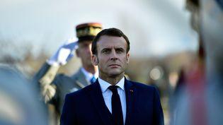 Le président Emmanuel Macron assiste à une cérémonie, à Pau (Pyrénées-Orientales), en mémoire des sept soldats tués au Mali en novembre 2019. (ALVARO BARRIENTOS / POOL / AFP)