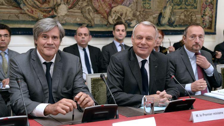 Le Premier ministre Jean-Marc Ayrault (à dr.) et le ministre de l'Agriculture, Stéphane Le Foll, reçoivent les élus bretons à Matignon, le 29 octobre 2013. (BERTRAND GUAY / AFP)