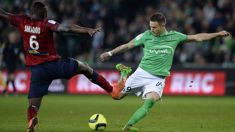 Le Stéphanois Nolan Roux face au Lillois Ibrahim Amadou lors d'une opposition en Ligue 1 sur la saison 2015/2016.