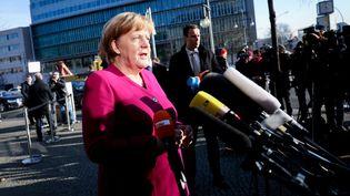 Angela Merkel s'exprime devant la presse, au siège de son parti la CDU, mardi 6 février 2018. (KAY NIETFELD / DPA / AFP)