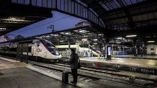 Un voyageur sur un quai de la gare de l'Est à Paris le 13 décembre 2019 pendant la grève contre la réforme des retraites. (MARTIN BUREAU / AFP)