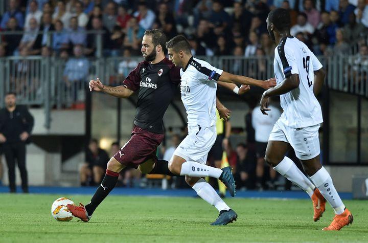 Gonzalo Higuain, attaquant du Milan AC, fait face aux amateurs luxembourgeois du F91 Dudelange en phase de poule de la Ligue Europa, dans un match remporté 1-0 par Milan à Luxembourg, le 20 septembre 2018. (ERIC VIDAL / REUTERS)