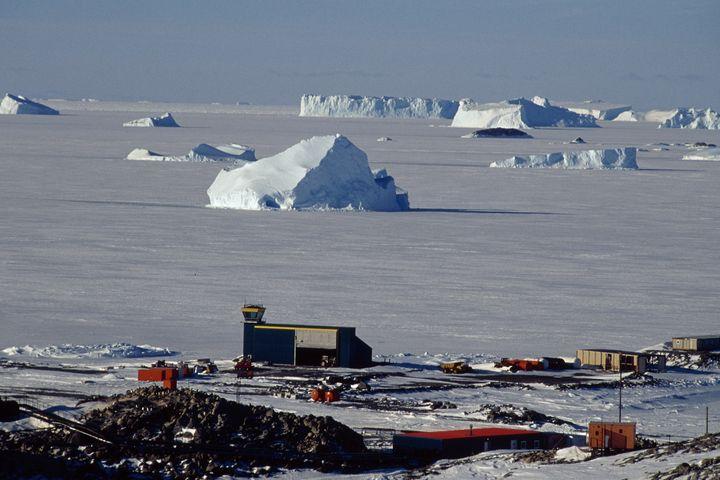 L'hiver, la banquise emprisonne les icebergs voisins de la base Dumont-d'Urville. (SEBASTIEN PANOU / BIOSPHOTO / AFP)