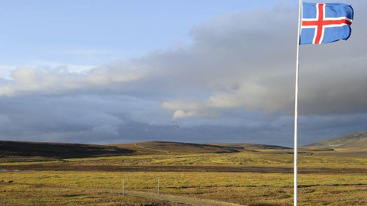 Un drapeau islandais flotte, le 20 août 2014, dans le parc national du glacier deVatnajökull, dans le sud-est de l'Islande. (REUTERS)