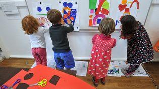 Des enfants participant à une activité périscolaire, organisée dans le cadre de la réforme des rythmes scolaires, dans une école élémentaire de Nantes (Loire-Atlantique), le 11 octobre 2013. (FRANK PERRY / AFP)