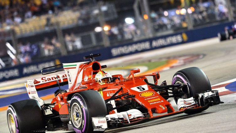 Sebastian Vettel (Ferrari) en pleine lumière à Singapour (ROSLAN RAHMAN / AFP)