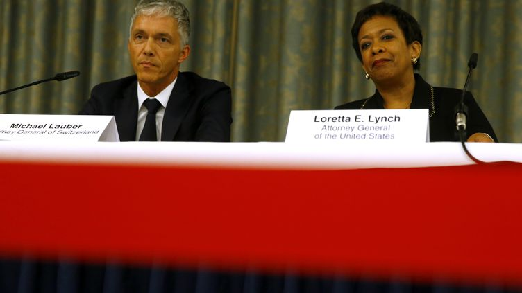 Le procureur général suisse Michael Lauber (à gauche) etla ministre américaine de la Justice, Loretta Lynch,lors de leur conférence de presse commune, lundi 14 septembre 2015, à Zurich (Suisse). (RUBEN SPRICH / REUTERS)