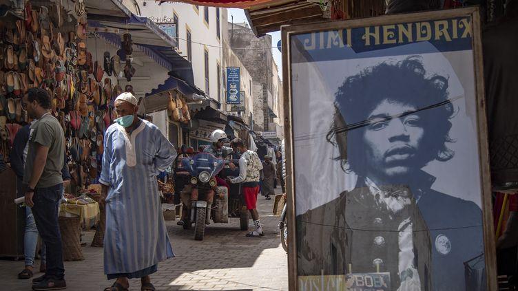Un portrait du guitariste légendaire Jimi Hendrix dans la ville portuaire d'Essaouira, au Maroc. (FADEL SENNA / AFP)