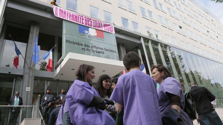 Les sages-femmes de la maternité des Lilas (Seine-Saint-Denis) manifestent devant le ministère de la Santé à Paris, le 7 mai 2014 (JACQUES DEMARTHON / AFP)