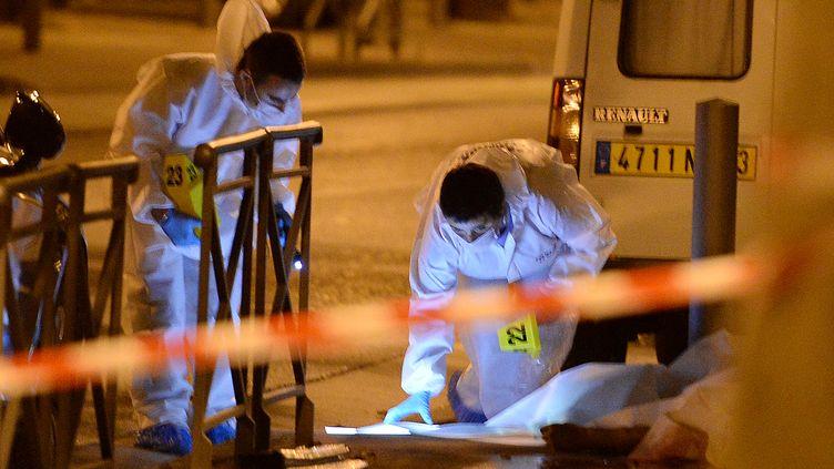 La police enquête sur les lieux d'un règlement de comptes à Marseille (Bouches-du-Rhône), le 19 août 2013. (BORIS HORVAT / AFP)