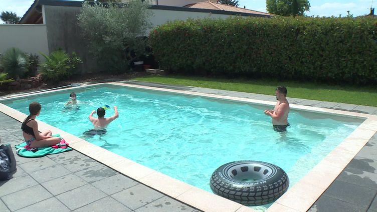 Cette famille a fait 50 minutes de route pour profiter d'une après-midi à la piscine de Stéphanie. (France 3 Rhône-Alpes)