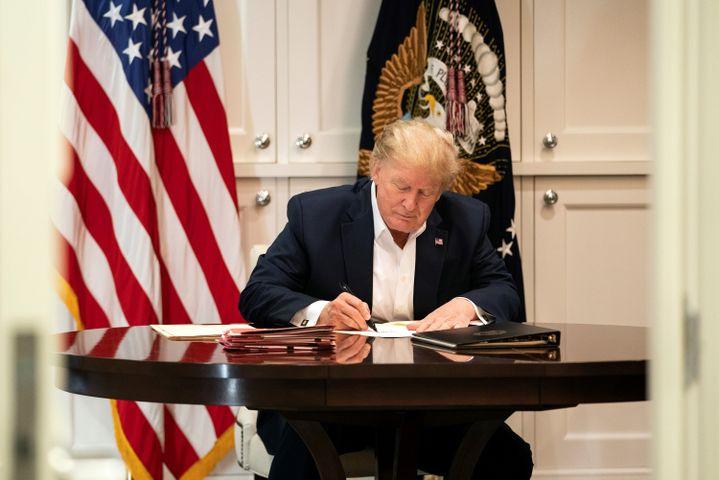 Donald Trump travaille dans une suite présidentielle de l'hôpital Walter Reed, à Bethesda, dans la Maryland, samedi 3 octobre 2020. (EYEPRESS NEWS / AFP)