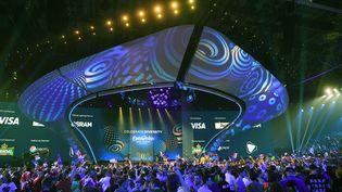 Les spectateurs attendent le début de l'édition 2017 de l'Eurovision, à Kiev (Ukraine), le 13 mai 2017. (JULIAN STRATENSCHULTE / DPA / AFP)