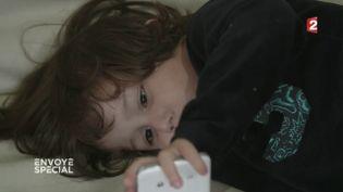 Envoyé spécial. Rayan, 3 ans, addict aux comptines sur smartphone (FRANCE 2 / FRANCETV INFO)
