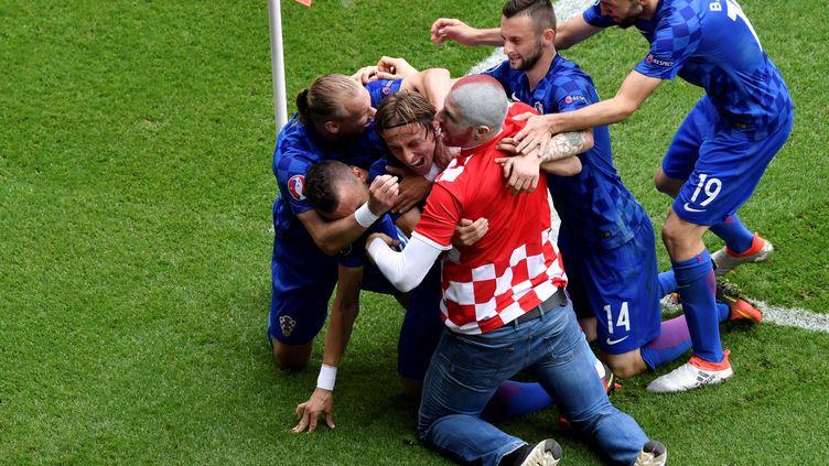 Un supporter croate est descendu des tribunes pour célébrer le but de son équipe.