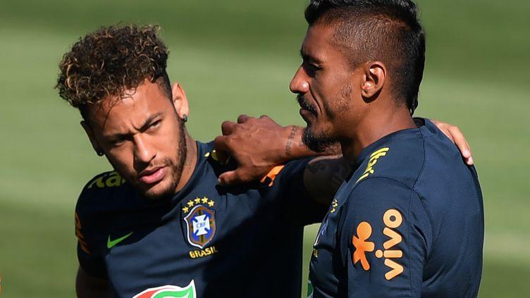 Neymar et Paulinho lors d'une session d'entraînement de l'équipe brésilienne, le 13 juin 2018 à Sotchi (Russie). (NELSON ALMEIDA / AFP)