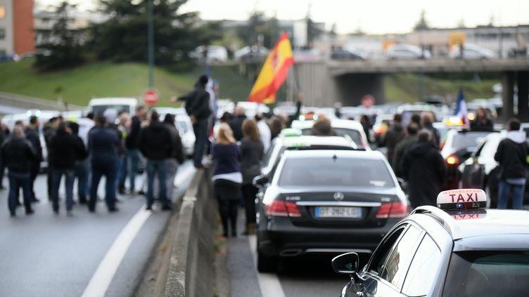 Des chauffeurs de taxi manifestent contre la concurrence des chauffeurs de VTC enbloquant le périphérique toulousain, le 4 avril 2016. (REMY GABALDA / AFP)