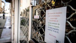 Un commerce fermé en raison de l'épidémie de coronavirus, le 1er avril 2020, à Cahors (Lot). (GARO / PHANIE / AFP)