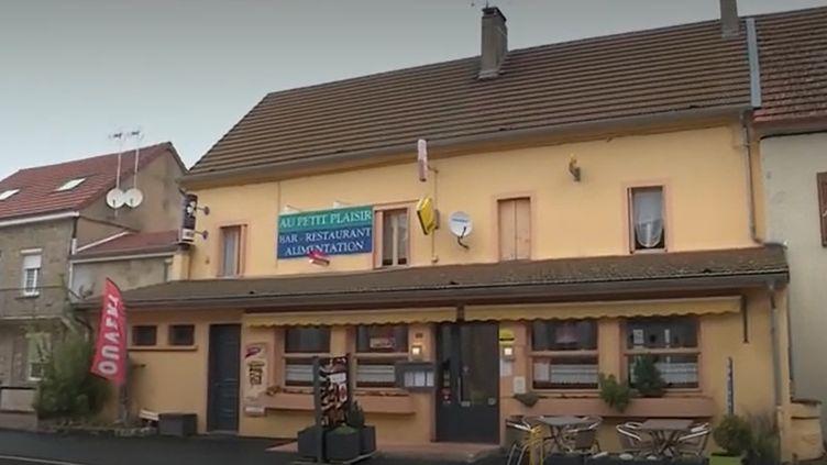 """C'était un bar-restaurant menacé de fermeture, mais il a réussi à se sauver. Le café qui anime Saint-Émiland (Saône-et-Loire), 350 habitants, a bénéficié de l'opération """"1 000 cafés"""", qui a pour but de redynamiser les communes rurales. (France 3)"""
