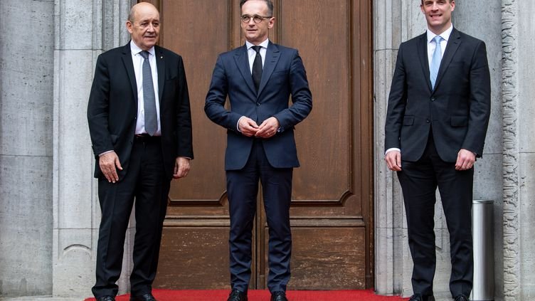 Le ministre des Affaires étrangères allemand Heiko Maas, accompagné du chef de la diplomatie française Jean-Yves Le Drian et de leur homologue britannique Dominic Raab, lors d'échanges à Berlin (Allemagne), le 19 juin 2020. (BERND VON JUTRCZENKA / POOL / AFP)