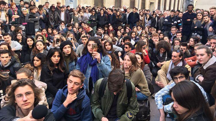 Des étudiants sont rassemblés vendredi 23 mars devant la faculté de droit de Montpellier en soutien aux victimes de violences dans la nuit du jeudi au vendredi par un groupe armé (Sauveur Vanni / France 3)