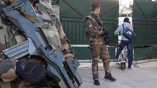 Des militaires sécurisent l'accès au lycée où enseigne le professeur juif agressé à Marseille, mardi 12 janvier 2016. (BORIS HORVAT / AFP)