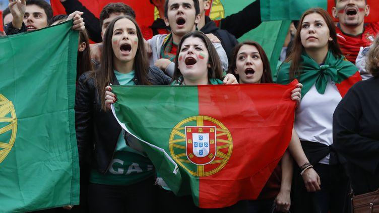 Les fans de la Selecçao derrière leur équipe, même les jeunes filles... (PATRICK KOVARIK / AFP)