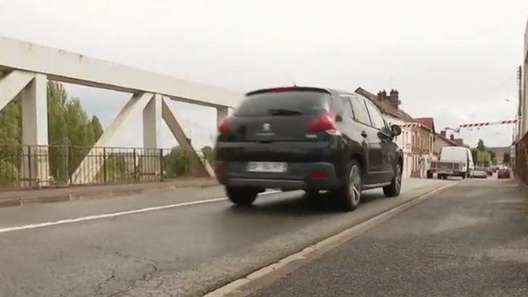 Un an après l'effondrement du pont de Gênes, en Italie, quel est l'état des ponts en France ? À Crépy-en-Valois (Oise), un pont presque centenaire inquiète les habitants. (France 2)