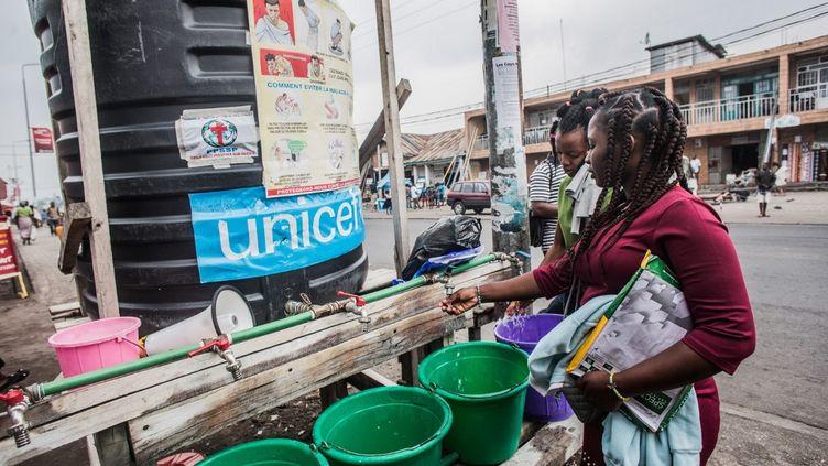 Fourniture d'eau traitée pour lutter contre le virus Ebola à Goma, en RDC, le 31 juillet 2019. (PAMELA TULIZO / AFP)