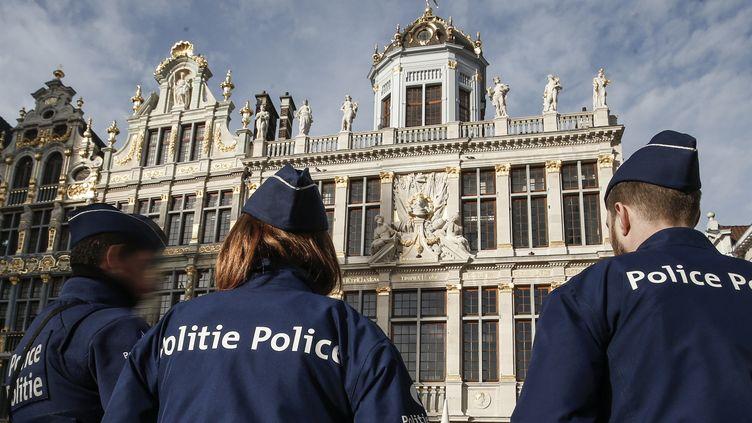 Des policiers sur la Grand-Place de Bruxelles (Belgique), le 30 décembre 2015. (THIERRY ROGE / BELGA MAG / AFP)