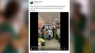 Guillaume Thiery, professeur de médecine intensive en réanimation au CHU de Saint-Étienne, a filmé la première haie d'honneur et posté la vidéo sur Twitter, dimanche 5 avril. (CAPTURE D'ECRAN TWITTER)