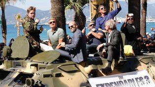 """Sylvester Stallone, Mel Gibson, Wesley Snipes, Ronda Rousey, Jason Statham et Harrison Ford défilent sur un blindé à l'occasion de la promotion de """"The Expandables 3"""" le 18 mai à l'occasion du 67e Festival de Cannes  ( DOIGNON PHILIPPE/SIPA)"""