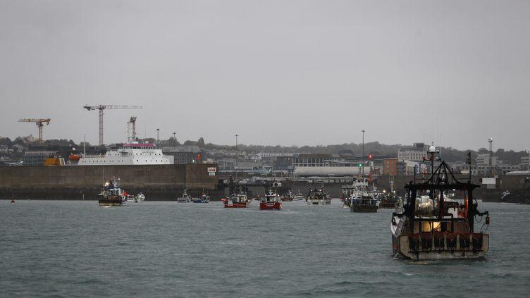 Des bateaux de pêche français dans le port de Saint-Hélier, à Jersey, le 6 mai 2021. (SAMEER AL-DOUMY / AFP)