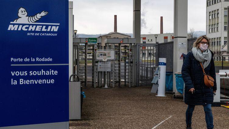 Devant l'entrée de l'usine Michelin à Clermont-Ferrand, le 6 janvier 2021. (THIERRY ZOCCOLAN / AFP)