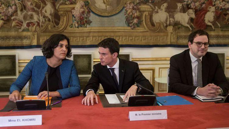 (Manuel Valls en compagnie de son conseiller social Aurélien Rousseau et de la ministre du Travail Myriam El Khomri © MaxPPP)