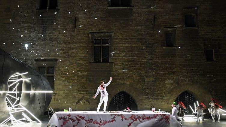 """La tragédie """"Thyeste"""" de Sénèque mise en scène par Thomas Jolly dans la Cour d'honneur du Palais des Papes pendant le Festival d'Avignon en 2018. (BORIS HORVAT / AFP)"""