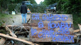 Dans la forêt de Mandres-en-Barrois, en Meuse, une barricade a été érigée, le 20 juin 2016. (MAXPPP)