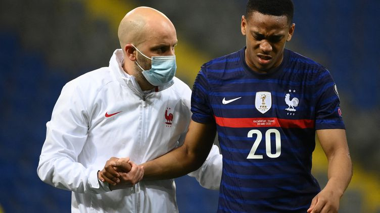 Anthony Martial se blesse face au Kazakhstan, dimanche 28 mars. (FRANCK FIFE / AFP)