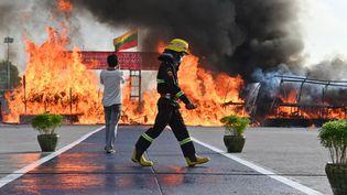 Des drogues illégales sont brûléeslors d'une cérémonie marquant la Journée internationale contre l'abus et le trafic de drogue organisée par les Nations unies, à Rangoun(Birmanie), le 26 juin 2021. (STR / AFP)