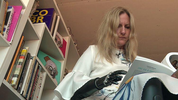"""Priscille Deborah équipée d'un bras bionique vient d'écrire un livre """"Une vie à inventer"""" (France 3 Occitanie)"""