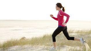 Près deux millions de françaises pratiquent le jogging en France. (JORDAN SIEMENS / GETTY IMAGES)