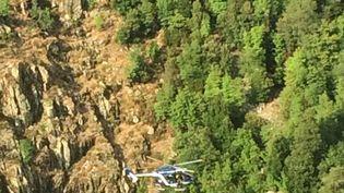 Un hélicoptère survole le canyon de Zoicu en Corse, le 1er août 2018. (PASCALE CHAUVEAU / MAXPPP)