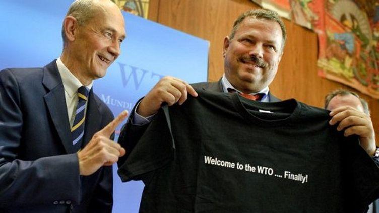 Maxim Medvedkov, chef des négociations pour la Russie, (à droite) avec Pascal Lamy, directeur général de l'OMC. (FABRICE COFFRINI / AFP)