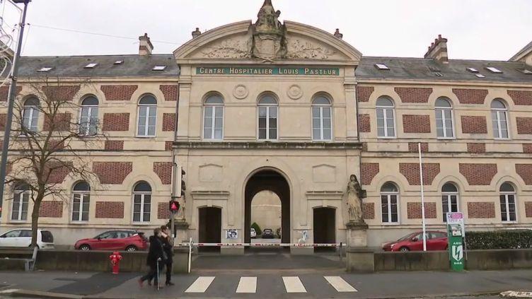 Depuis le 19 décembre, le service d'oncologie de l'hôpital de Cherbourg (Manche) est fermé. Quatorze malades ont dû être transférés du jour au lendemain, parfois à des kilomètres, créant le désarroi autant pour leurs proches que parmi le personnel soignant. (France 2)