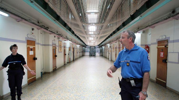 Des gardiens circulent dans la maison d'arrêt de Fresnes le 23 juillet 2007. (FRANCOIS GUILLOT / AFP)