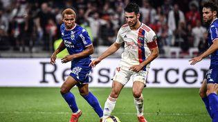Leo Dubois (OL) face à Armand Laurienté (Lorient) lors de la huitième journée de Ligue 1, le 25 septembre 2021. (JEFF PACHOUD / AFP)